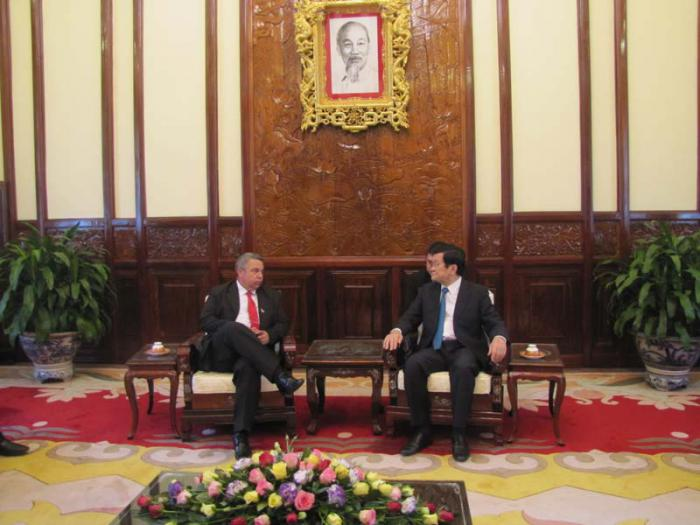 El presidente de Vietnam, Truong Tan Sang (der.), recibe al secretario general de la Central de Trabajadores de Cuba (CTC), Ulises Guilarte, en Hanoi