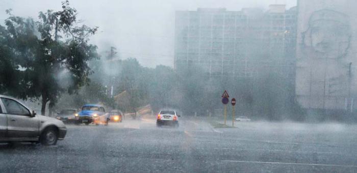 Torrenciales lluvias en la Capital por entrada de Frente Frio..(foto Jorge Luis Gonzàlez) 29-4-15 Lluvia01N9 Calle Paseo en la Plaza.