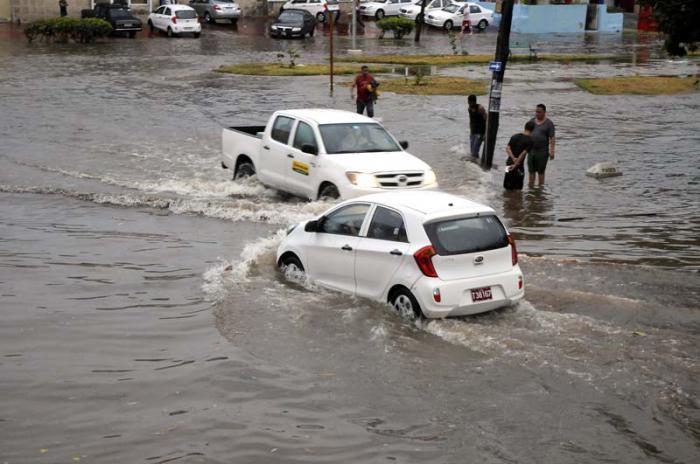 Lluvias torrenciales en la capital producen inundaciones