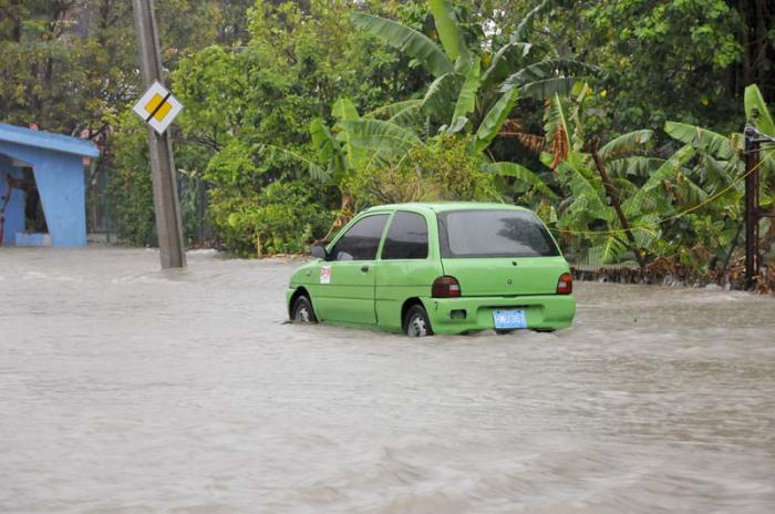 Inundaciones en La Habana. Calle Manglar e Infanta..