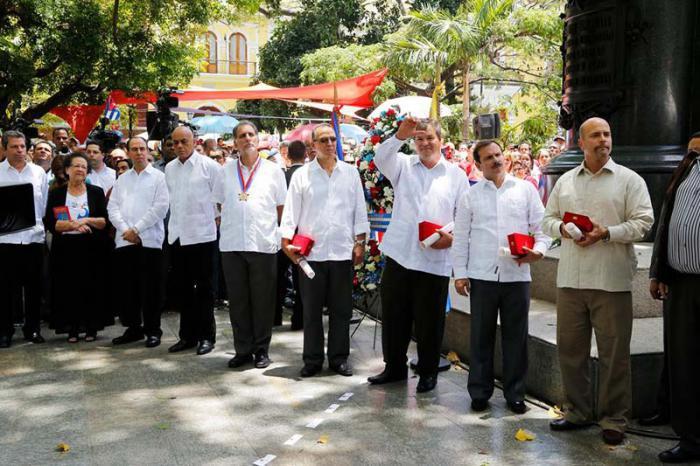 Los Cinco en la Plaza Bolívar. en venezuela