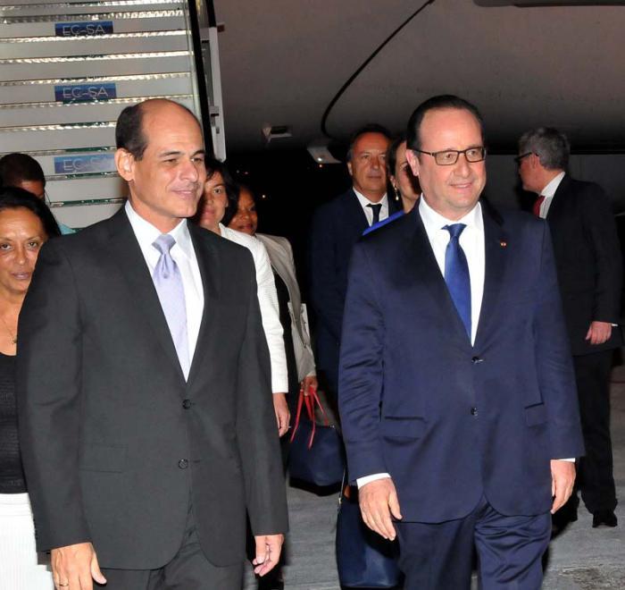 El Presidente de Francia François Hollande llega a Cuba y es recibido por el Vicecanciller Rogelio Sierra en la losa del Aeropuerto José Martí .(foto Jorge Luis Gonzàlez) 10-04-15 France02I9
