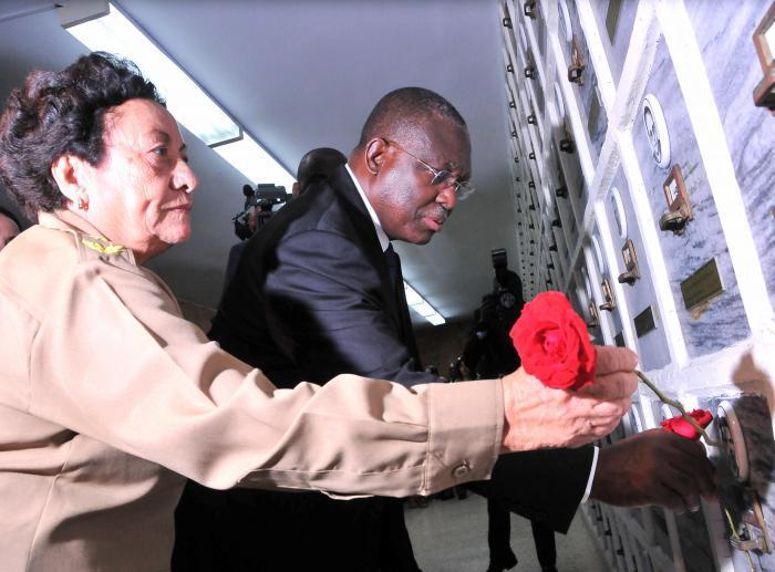 El vicepresidente de Angola, Manuel Domingos Vicente pone ofrenda floral y visita monumento a los veteranos de las guerras de independencia e internacionalistas lo acompaña Tete Puebla.