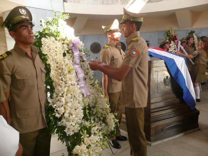 En nombre de Fidel, Raúl y pueblo de Cuba se rindió homenaje a Martí en su mausoleo.  Aniversario 120 de su muerte