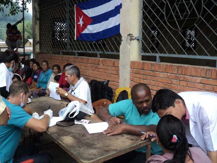 Agradecen víctimas de terremoto en Nepal solidaridad de brigada médica cubana