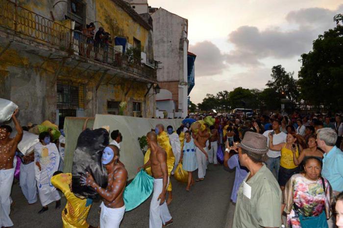 Performance en la 12 Bienal de La Habana del artista Mendive, Los colores de la vida