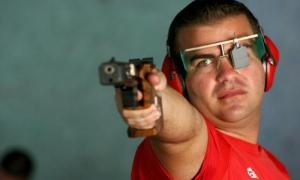 Leuris Pupo en la competencia de pistola en la modalidad de tiro rápido, en la V Olimpiada del Deporte Cubano.