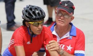 La ciclista Arlenis Sierra con el entrenador Leonel Alvarez.