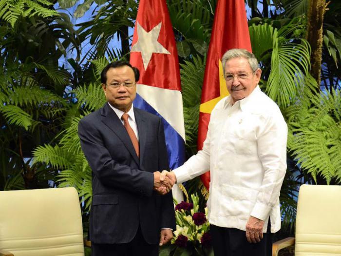 Raul Castro a reçu un membre du Bureau politique du Parti Communiste vietnamien
