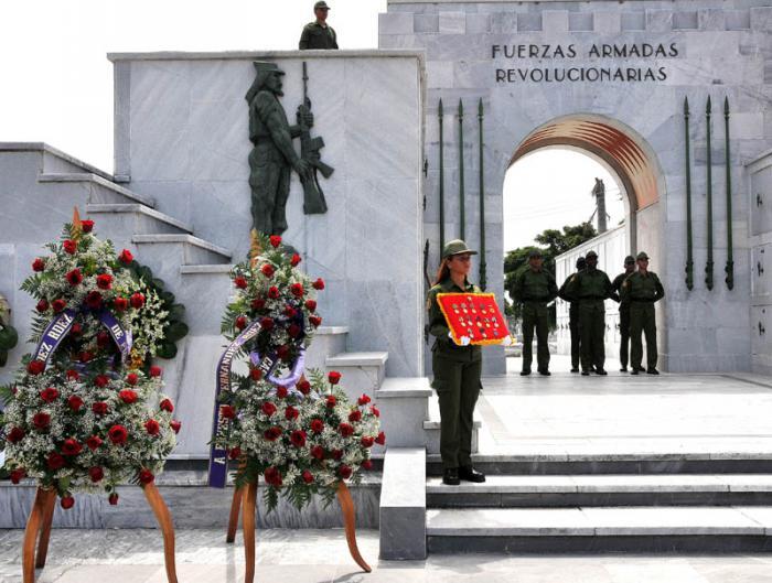 Ofrendas florales de Raúl y Díaz-Canel al combatiente revolucionario Oscar Fernández Mell