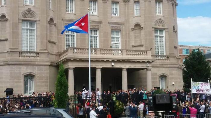 Bandera cubana izada en la embajada en Washington tras restablecimiento de relaciones con EE.UU.