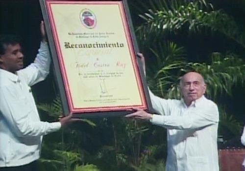 Santiago de Cuba rinde tributo a Fidel y Raúl Castro