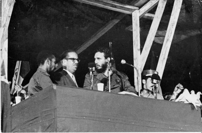 Al clausurar el I Congreso Latinoamericano de Juventudes, en el Estadio del Cerro, Fidel anuncia la nacionalizaciòn de empresas estadounidenses radicadas en Cuba. Almeida, Dorticos, Fidel y Efigenio Ameijeiras.