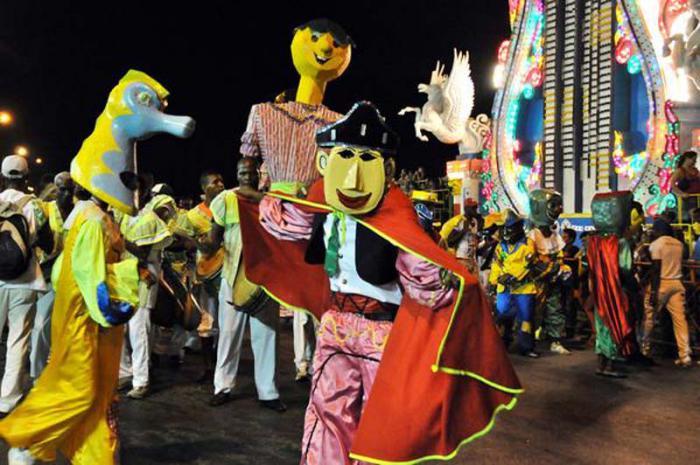 La compañía Muñecones y Disfraces Habana, amenizan la noche del Carnaval de La Habana, en el paseo del Malecón, Cuba. Publicada: G.Internacional 22/08/2013