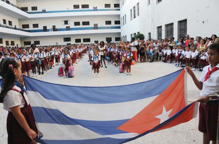 Primer día del curso escolar 2012 en la escuela primaria Nguyen Van Troy,