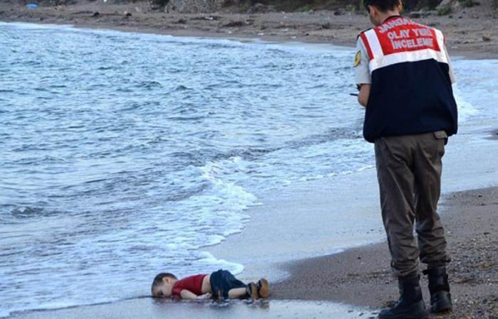 Estremece al mundo foto de niño sirio muerto sobre la arena