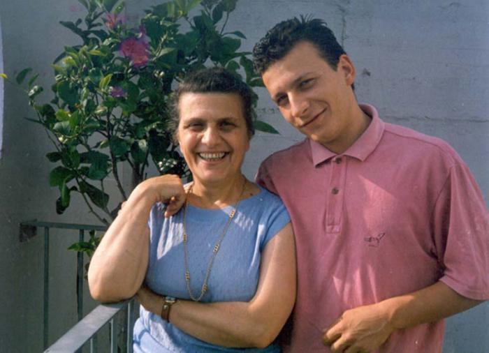Fabio di Celmo junto a su madre Ora Bassi