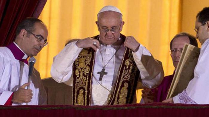 El Papa Francisco saluda al pueblo después de ser nombrado