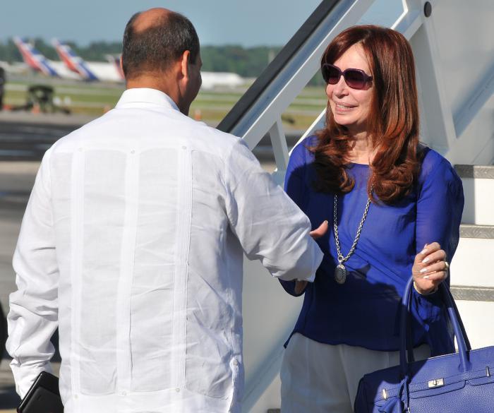 Cristina Fernández de Kirchner, Presidenta de Argentina llega a Cuba, y la recibe Rogelio Sierra Cruz, Vicecanciller. en el Aeropuerto José Martí.