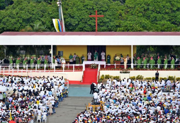Miles de personas en la Plaza de la Revolución para presenciar la misa del Papa Francisco