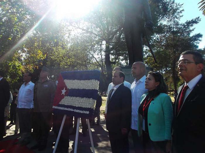 Los Héroes cubanos colocaron una ofrenda floral ante la estatua de Eloy Alfaro.