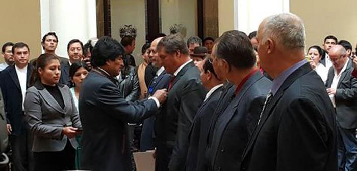 Evo Morales condecora a Héroes Cubanos de visita en Bolivia