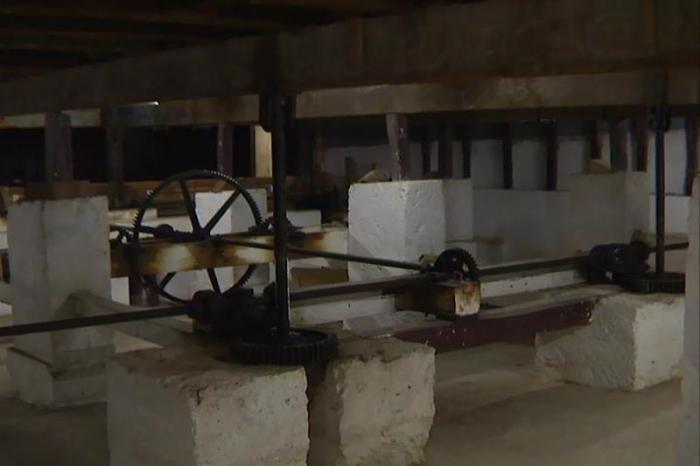 La recuperación de la maquinaria capaz de elevar la platea hasta el escenario, un dispositivo existente únicamente en el teatro Colón, en Argentina, y Scala de Milán, en Italia.Foto Raúl Dávalos