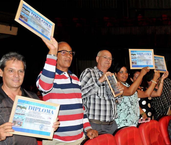 Raúl Castro felicita a trabajadores del Instituto de Meteorología
