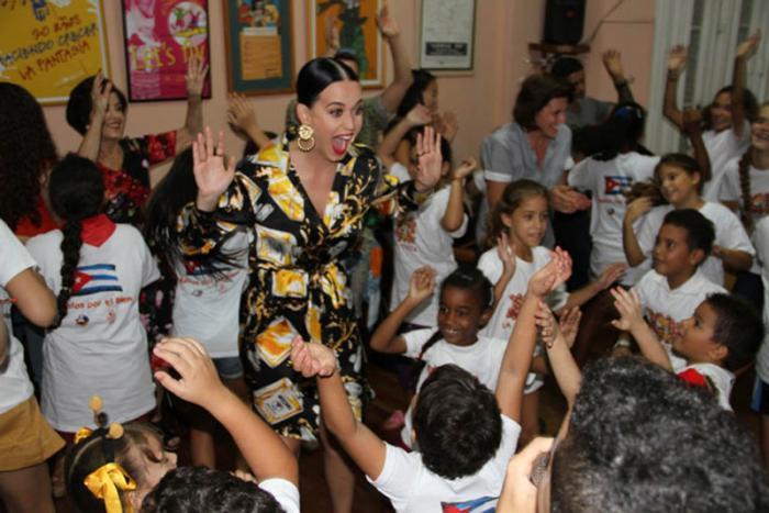 Katy Perry visita en Cuba sede de La Colmenita