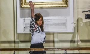 La presidenta Cristina Fernández saluda a las personas.