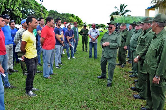 El Ministro de las FAR se reunió con los estudiantes que participaron en las actividades de la defensa.