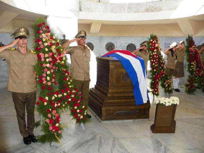 Dedican Fidel y Raúl Castro ofrendas florales a nuestro Héroe Nacional