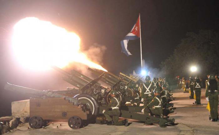 Salvas de artillería en saludo a la Revolución