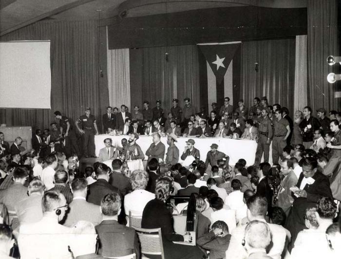 Operacion Verdad. En el salón Copa Room del Hotel Havana Riviera, Fidel responde a preguntas de los periodistas y expone la verdad de Cuba.