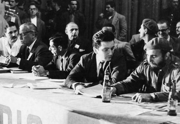 idel en el acto de graduación de los maestros voluntarios el 23 de enero de 1961 en La Habana. Lo acompañan el Dr. Armando Hart Dávalos, ministro de Educación; el Dr. José Aguilera Maceiras, subsecretario de Educación y el poeta Nicolás Guillén.