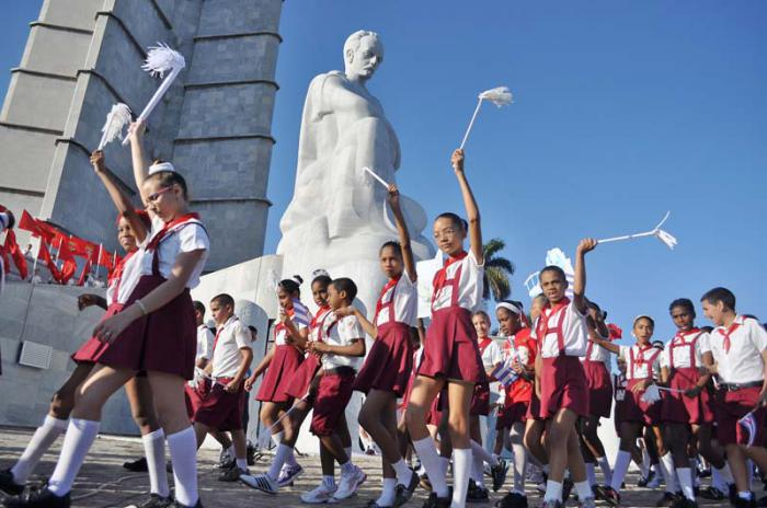 Desfile pioneril por el 28 de enero, 160 Aniv. del nacimiento de José Martí, en el Memorial