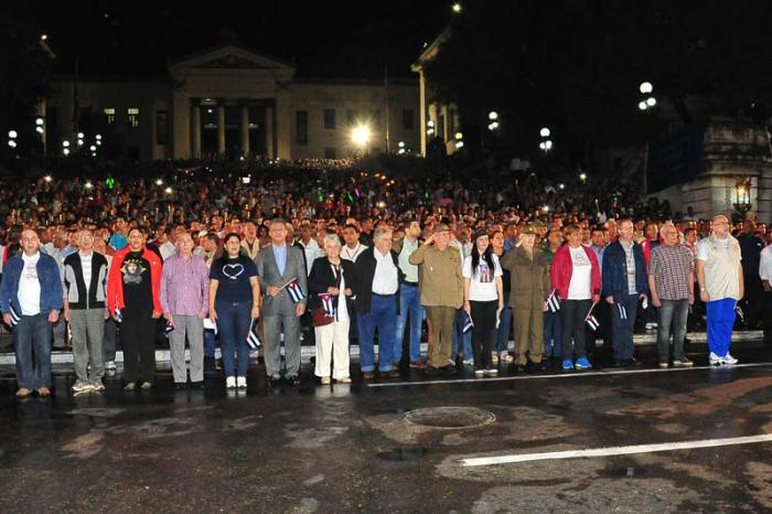El presidente cubano Raúl Castro Ruz en la marcha de las antorchas en homenaje al aniversario 163 del nacimiento de José Martí.