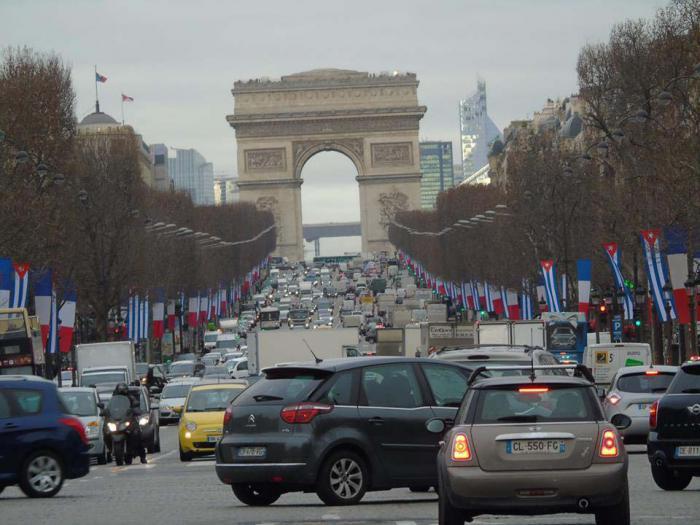 Banderas de ambas naciones ondean juntas en París, la capital francesa.