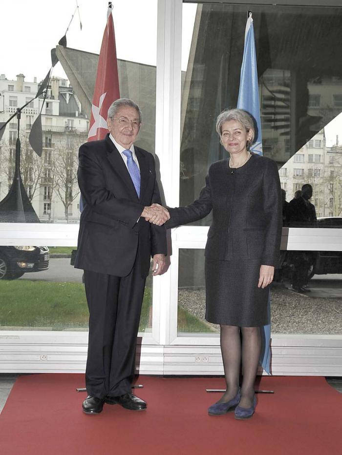 Raúl junto a la directora de la Unesco, Irina Bokova. Fotos: Estudios Revolución