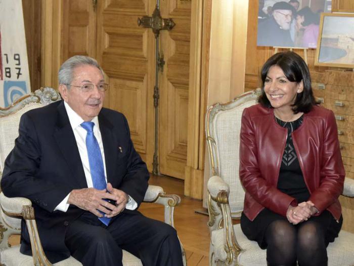 La alcaldesa de París, Anne Hidalgo, reveló a la prensa cubana que resultó muy emotivo su encuentro con Raúl.