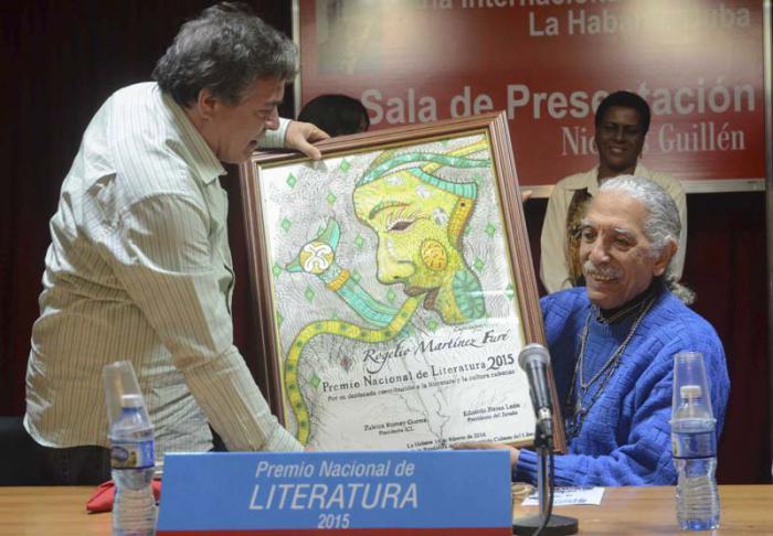 Julián Gonzalez, MInistro de Cultura, entrega el Premio Nacional de Literatura a Rogelio Martínez Furé, en la XXV Feria Internacional del Libro.