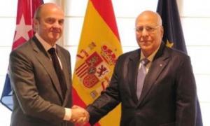 En España, Cabrisas (derecha) se reunió con el ministro de Economía y Competitividad, Luis de Guindos.