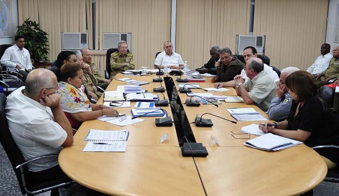 Raúl Castro presidió la reunión, en la que participaron también Esteban Lazo, presidente del Parlamento, y otros altos dirigentes. Foto: Estudios Revolución