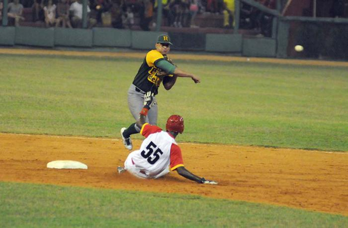 Semifinal del Béisbol cubano continúa a ritmo de conga