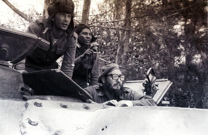 Fidel en un tanque durante el combate de Playa Girón.