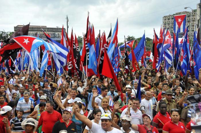 Cada año amigos de diferentes partes del mundo acompañan al pueblo cubano en la fiesta de los trabajadores. foto: Juvenal Balán