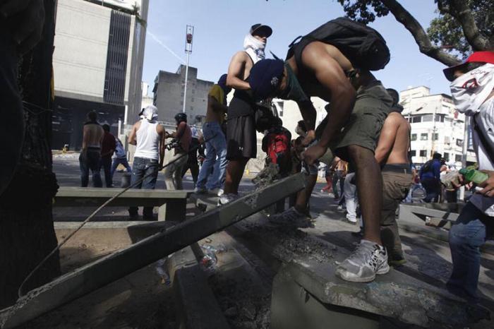 Los disturbios intentan generar caos en la nación.