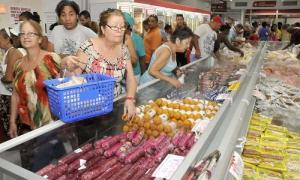 Recorrido efectuado a tiendas recaudadoras de divisas para comprobar cómo se comporta el suministro después de aplicarse en el día de hoy los  nuevos precios de productos alimenticios. Mercado de Carlos III.