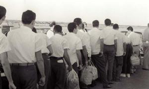 Salida  hacia EE.UU. de los mercenarios de Playa Giron. Foto: Ernesto, 23 de diciembre de 1962. Archivo Fidel Castro: Sobre No.297