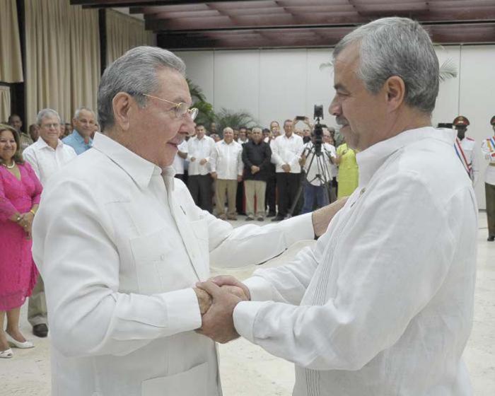 Raúl Castro condecoró a Héroes del Trabajo de la República de Cuba